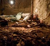 Dégagement des ossements. Fouille dans la catacombe des saints Pierre et Marcellin (IIIe-IVe s.), Rome, 2008.  Entre 2005 et 2008, un programme de fouilles a été engagé permettant la mise au jour d'un nombre considérable d'ossements humains dans un secteu