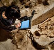 Enregistrement des observations taphonomiques et anthropologiques sur tablette numérique, église Saint-Pierre et Saint-Paul à Gonesse (Val-d'Oise), 2011.