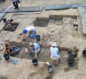 Fouille fine d'un site de boucherie du Paléolithique moyen à Caours (Somme), 2005-2007.La zone fouillée est divisée en carrés. Chaque carré est décapé à la main et fait l'objet d'un relevé.
