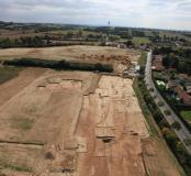 Vue aérienne du site du Grand Montout à Décines (Rhône), 2011. Une fouille a été menée en 2011 sur 7,2 hectares préalablement à l'aménagement du stade de l'Olympique Lyonnais. Elle a livré d'importants vestiges d'occupation, du Néolithique à l'Epoque mode