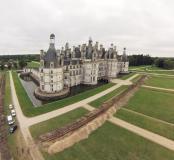 Vue générale du château de Chambord (Loir-et-Cher) et du parterre prise depuis le nord-est en regardant vers le sud-ouest, 2013.A droite, on voit le premier sondage qui recoupe le parterre nord, parallèle à la façade principale du château. Il a permis de