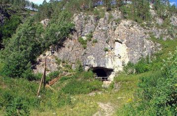 Entrée de la grotte de Denisova (Altaï, Sibérie)