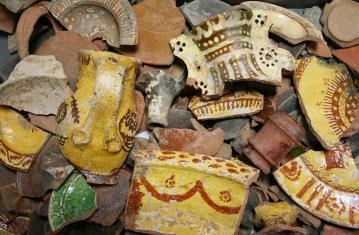 Le lot de céramiques du début du XVIIe siècle en cours d'étude. Il révèle toute la diversité des vaisselles du quotidien.