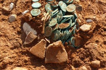 Le trésor monétaire de Saint-Vulbas lors de sa découverte