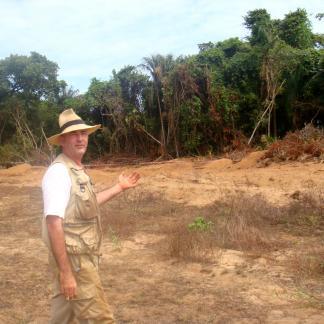 Stéphen Rostain sur la fouille du site de Bois Diable, près de Kourou, Guyane française