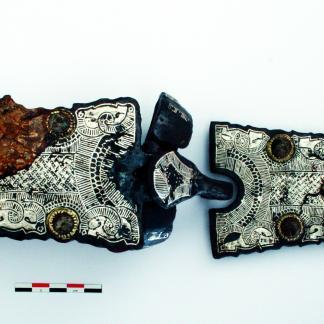 Éléments de ceintures (plaque-boucle et contreplaque) damasquinés avec du tissu minéralisé.