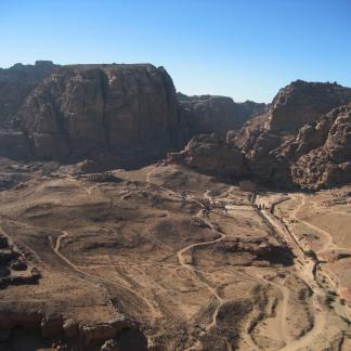Vue générale de la cuvette de Pétra avec le temple du Qasr al-Bint en arrière-plan.