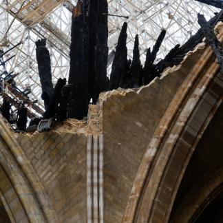 Détail de la voûte de la croisée du transept effondrée avec morceaux de charpente de la flèche carbonisés et en équilibre, le 26 avril 2019
