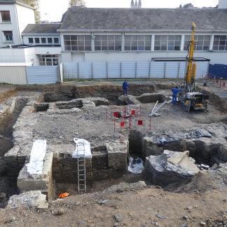 Prélèvement de carottes sédimentaires dans les latrines du logis de Bellebranche occupé jusqu'à la fin du 19e siècle.