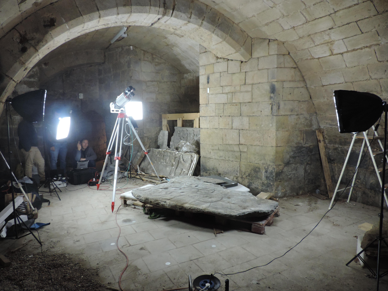 La dalle dans la cave du château de Saint-Germain-en Laye.