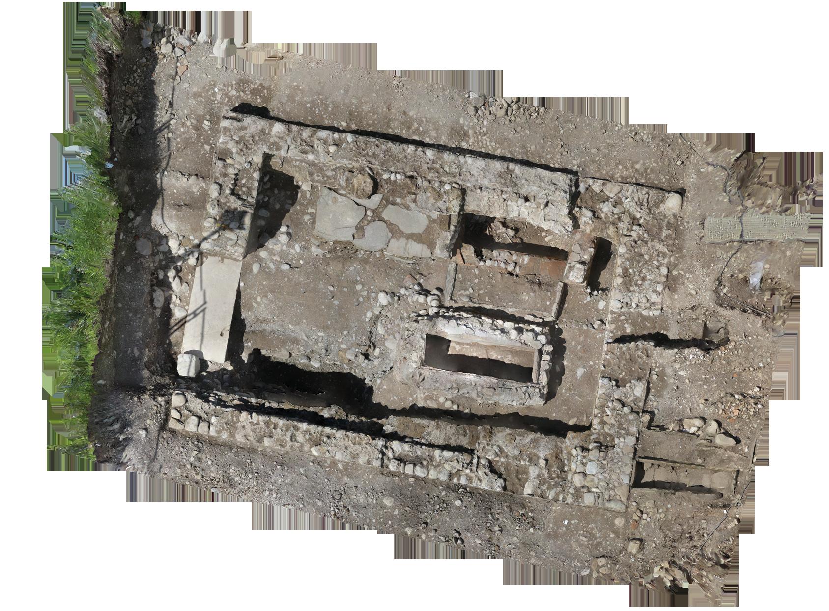 Le bâtiment maçonné en cours de fouille possède en son centre une sépulture dans un coffre maçonné.