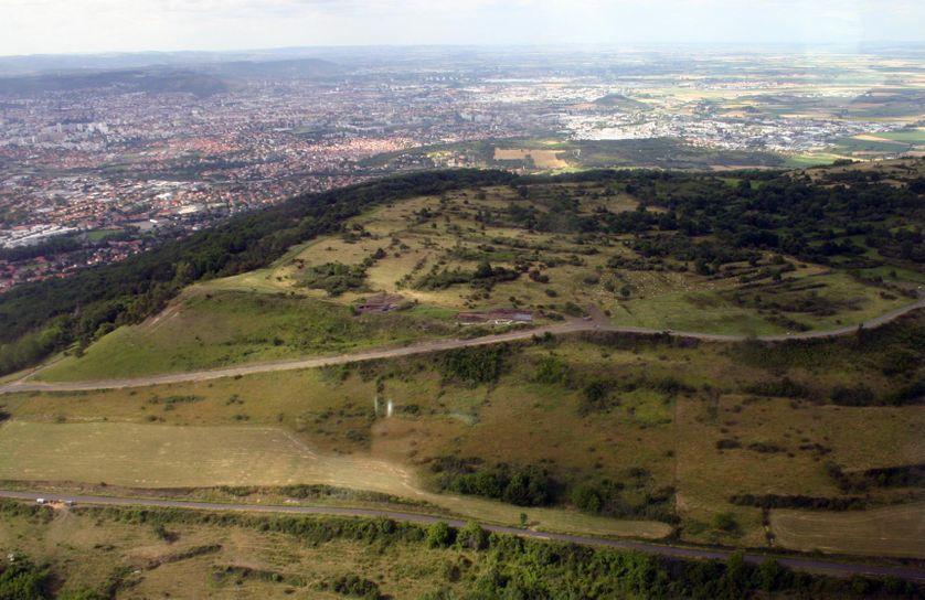 Vue générale aérienne du plateau de Gergovie (accès sud-ouest du plateau avec le rempart laténien et la porte romaine de l'oppidum de Gergovie).