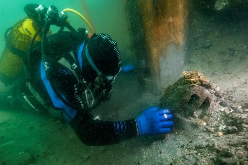 Un plongeur en train de fouiller le pont supérieur de l'épave Jeanne-Elisabeth, retrouvée au large du Languedoc.