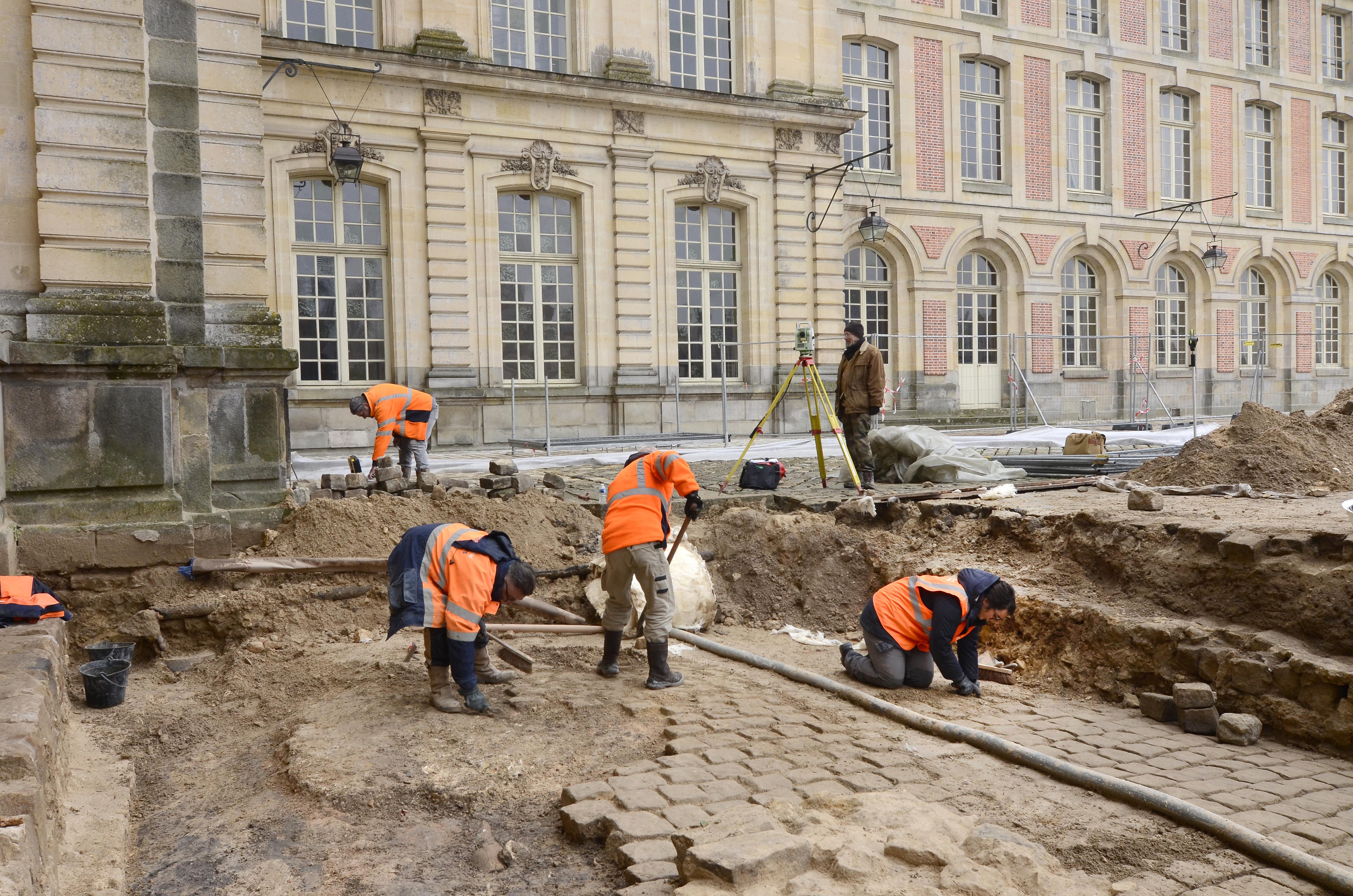 Des archéologues au cœur d'un monument historique