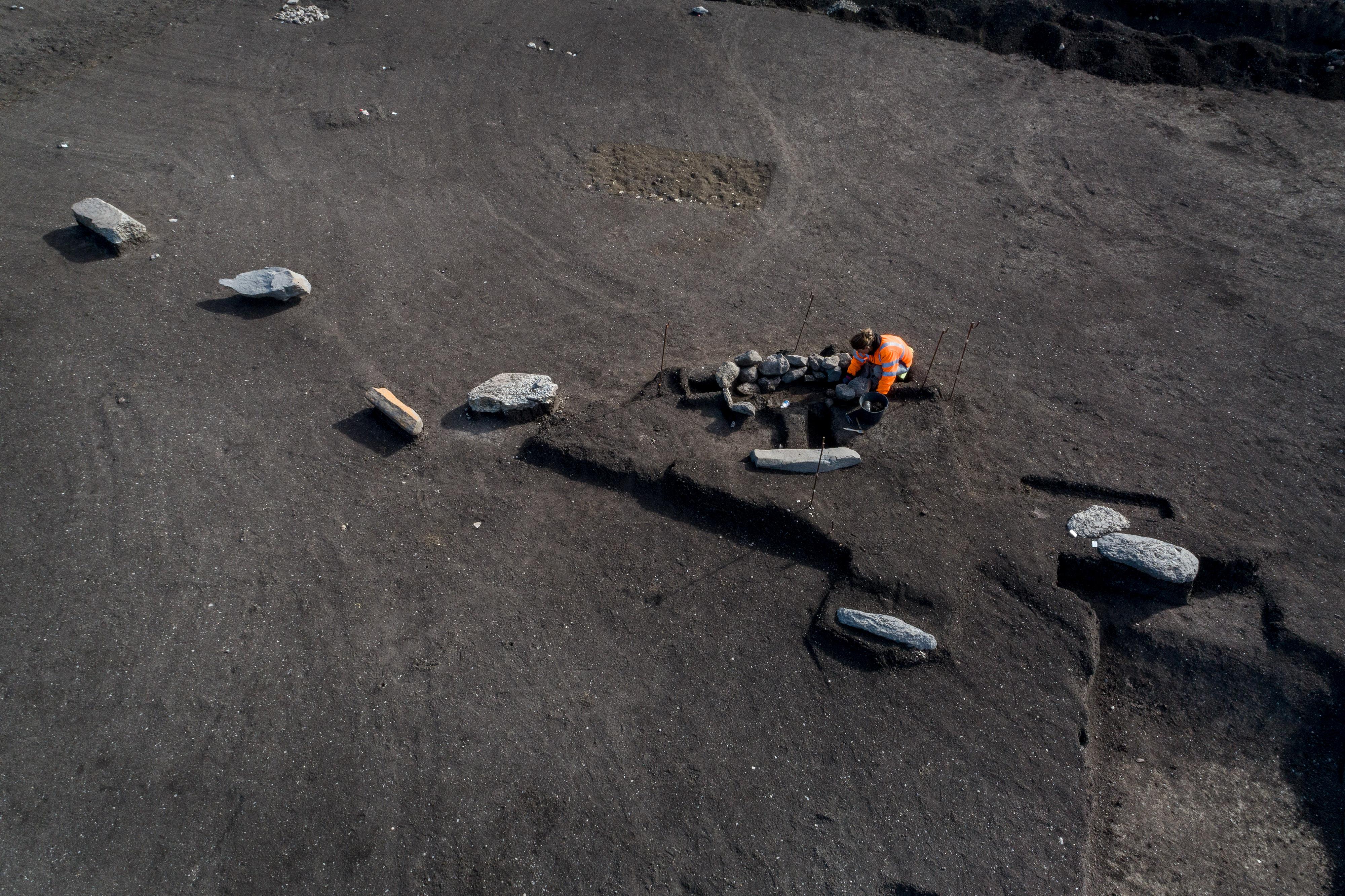 Alignement de monolithes bordé par une sépulture en cours de fouille