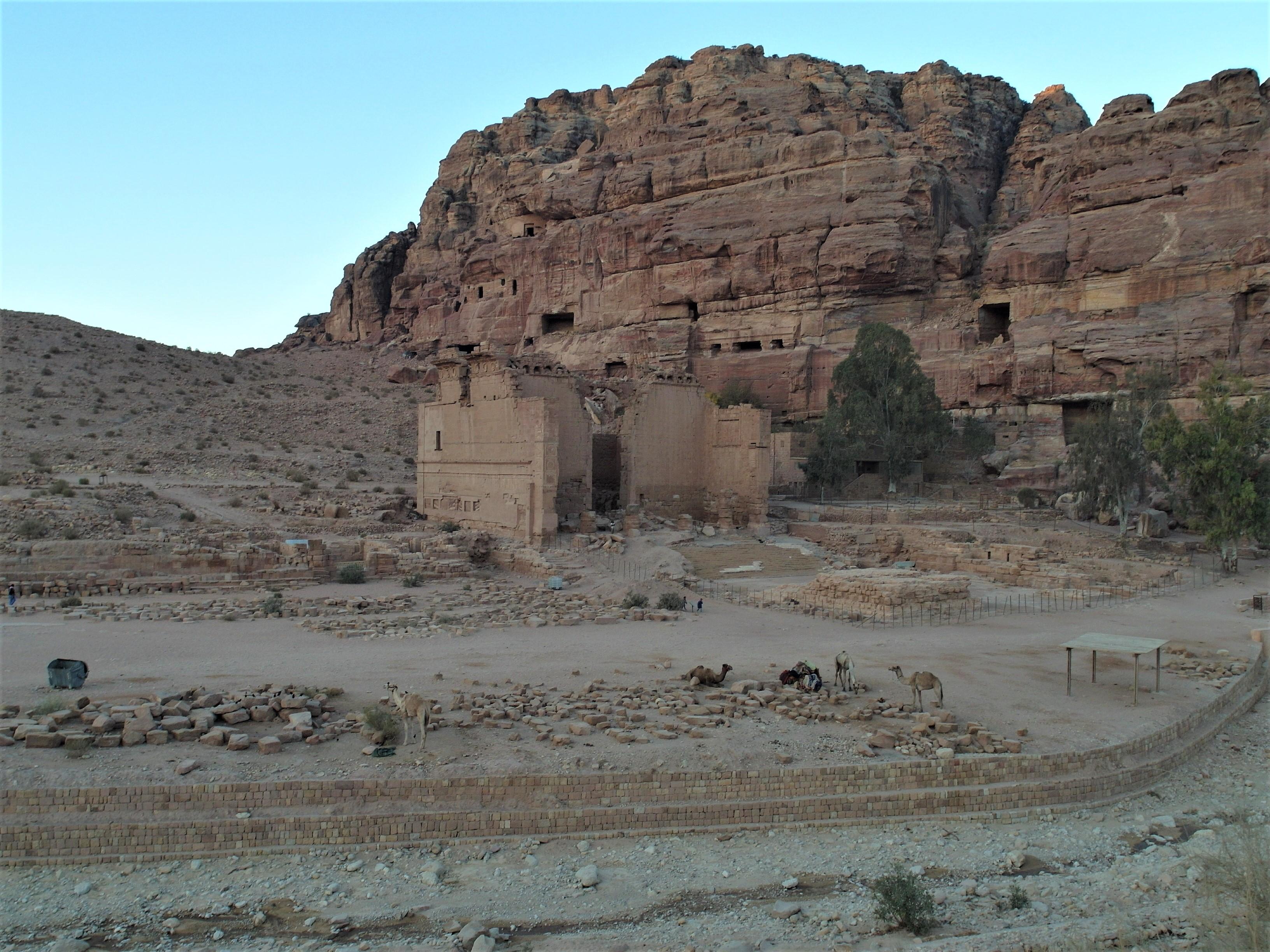 Vue générale de la cuvette de Pétra avec le temple et son téménos se développant au pied de la falaise d'el-Habis.